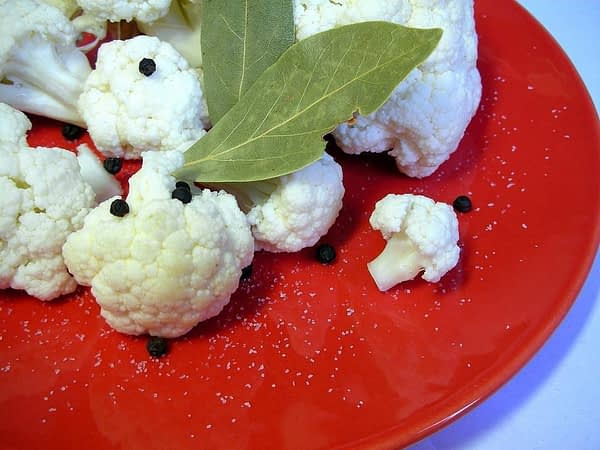 plate-cauliflower-bay-leaf-pepper